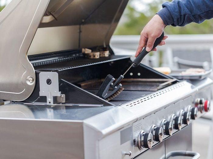 Récurez le barbecue pendant votre ménage d'automne.