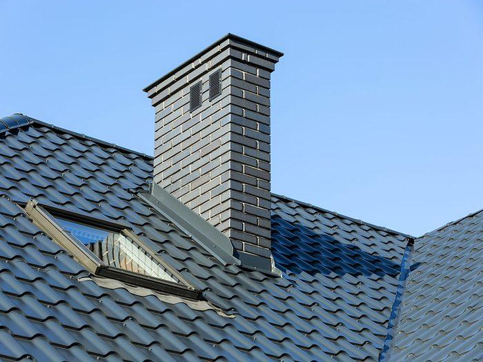 Ramonez la cheminée du foyer pendant votre ménage d'automne.