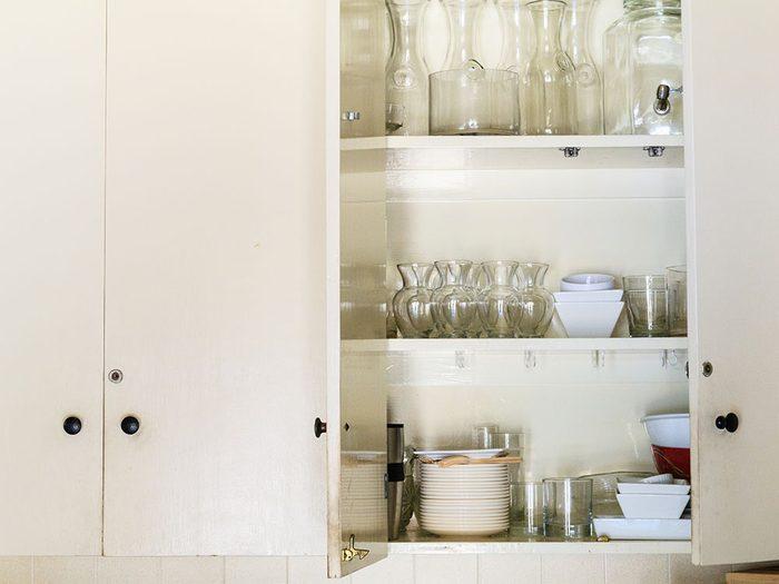 Réorganisez les armoires de cuisine pendant votre ménage d'automne.