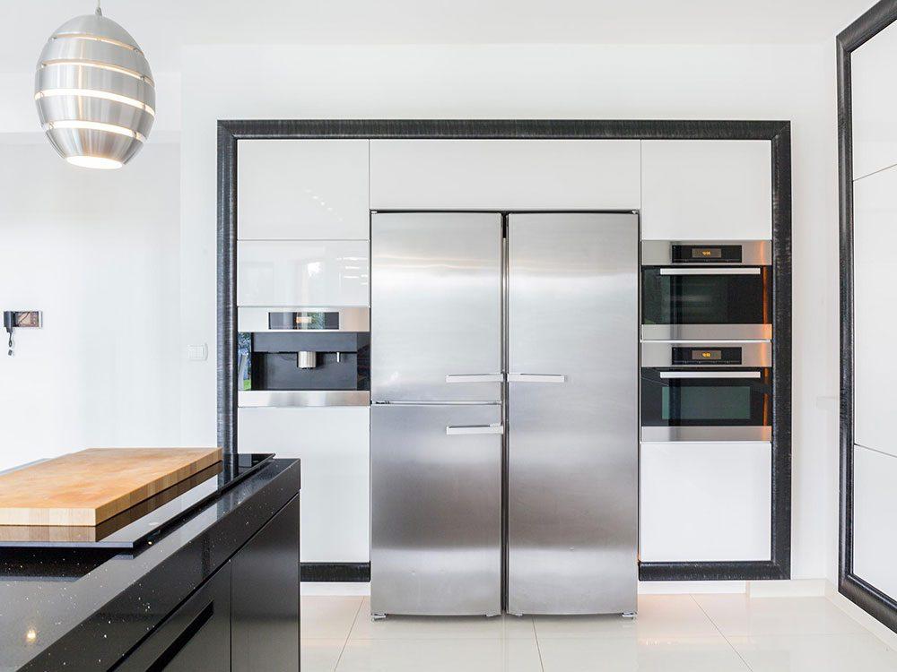 Récurez les recoins du réfrigérateur pendant votre ménage d'automne.