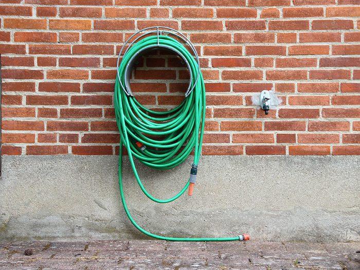 Hivernisez le tuyau d'arrosage pendant votre ménage d'automne.