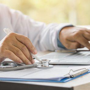 Les problèmes de cybersécurité dans le domaine médical peuvent aussi s'étendre à votre dossier médical qui peut être piraté à votre insu.