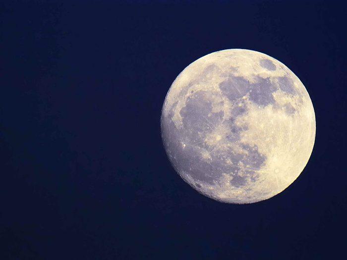 Mythe: La lune, même pleine, a une face obscure.