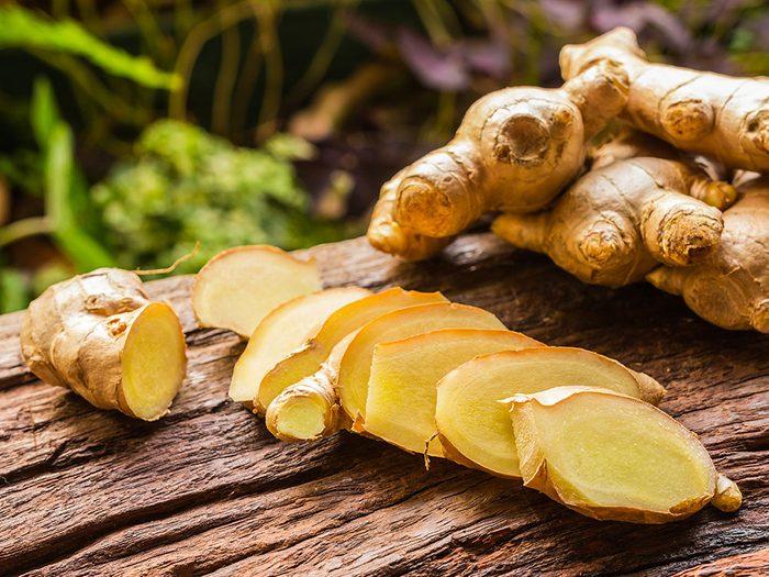 Essayez le gingembre comme remède de grand-mère contre les nausées.