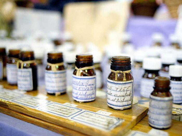 Essayez l'huile de theier comme remède de grand-mère contre votre acné.
