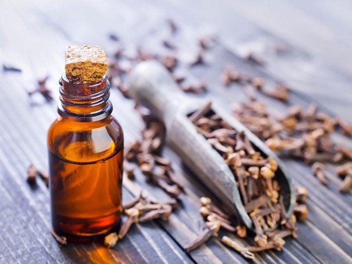 Essayez l'huile de clou de girofle comme remède de grand-mère pour vos douleur gingivale ou dentaire.