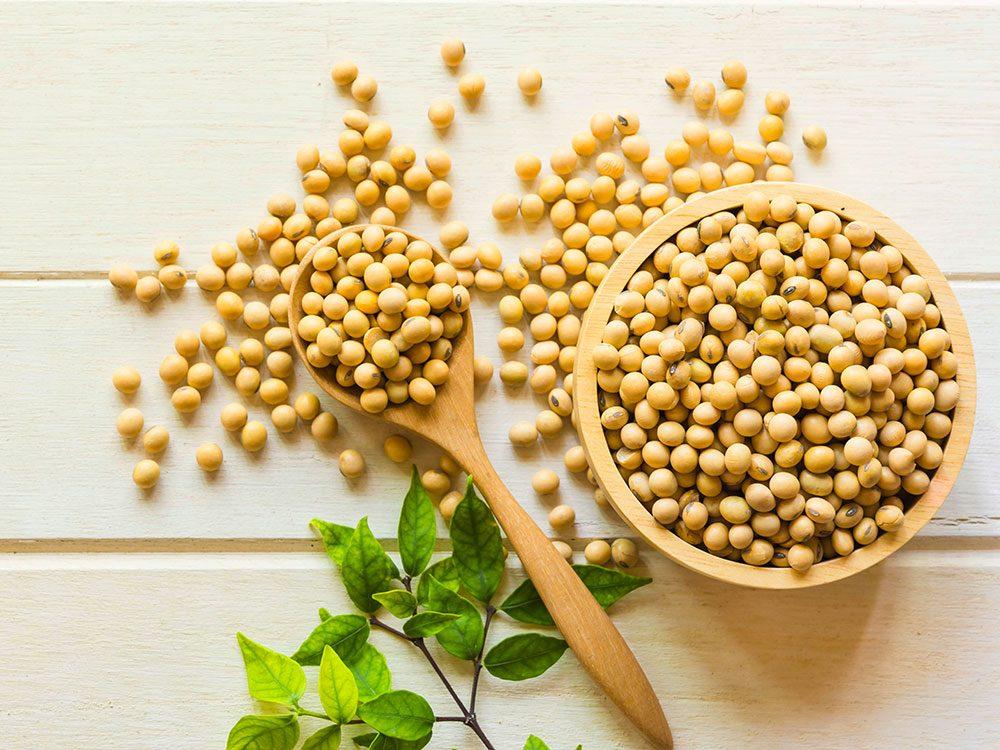 Essayez le soja comme remède de grand-mère contre l'ostéoporose.