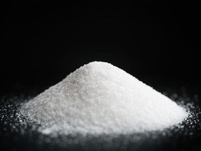 Essayez le sucre en poudre comme remède de grand-mère conte le hoquet.