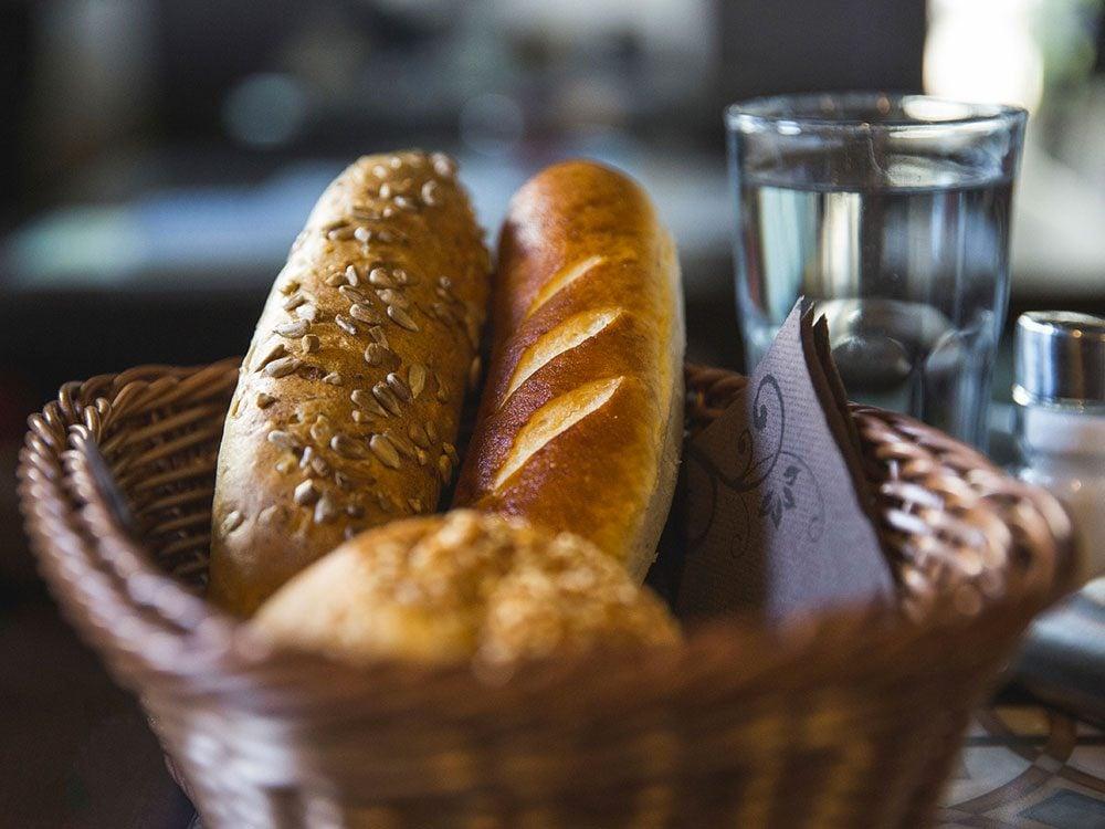 Le panier à pain à votre table est une gracieuseté de votre restaurant.
