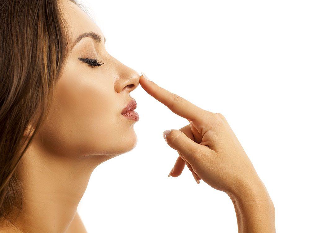 Les sécrétions nasales sont permanentes.