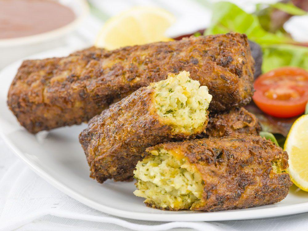 Les hamburgers et les saucisses sans viande sont populaires chez les végétaliens.