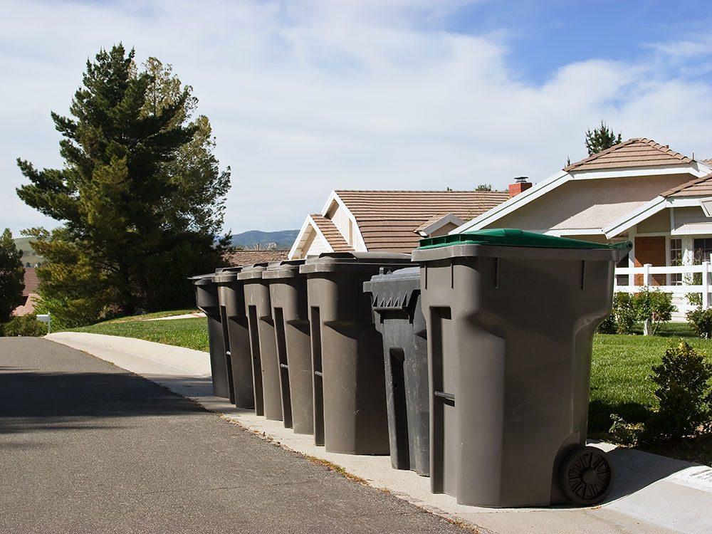 Vous signalez à l'association des propriétaires que votre voisin laisse ses poubelles sorties.