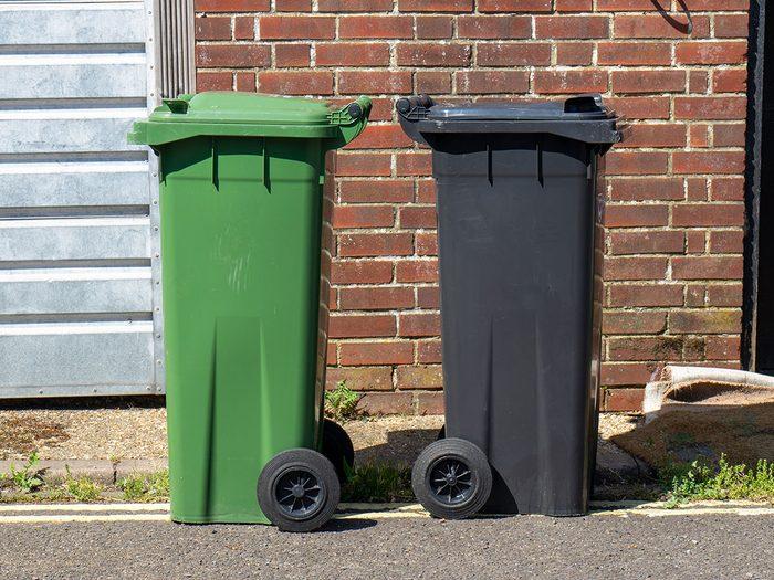Vous signalez votre voisin qui laisse ses poubelles sorties.