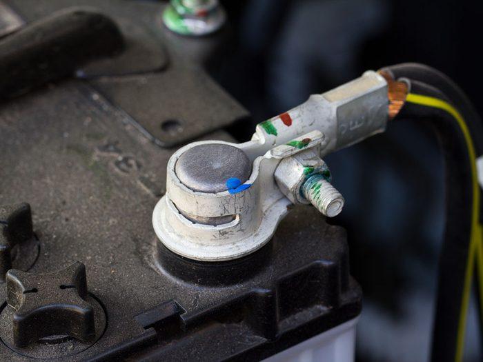 Si votre voiture ne démarre pas, c'est peut-être que les bornes de votre batterie sont encrassées.