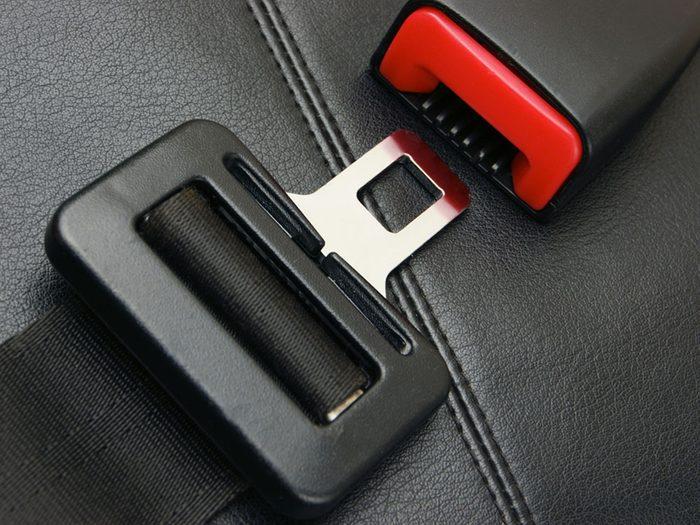 Si votre voiture ne démarre pas, c'est peut-être que les ceintures de sécurité ne sont pas bien bouclées.