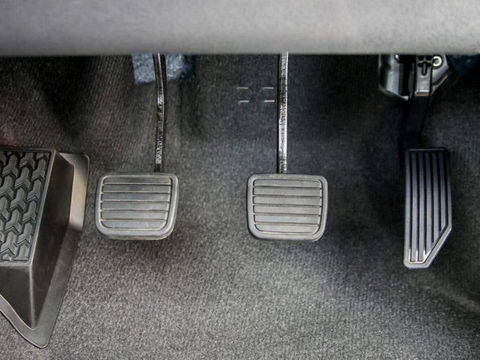 Si votre voiture ne démarre pas, c'est peut-être que l'embrayage n'est pas à fond.