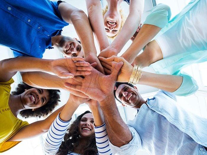 Pour lutter contre la solitude, joignez-vous à un groupe qui défend une cause.
