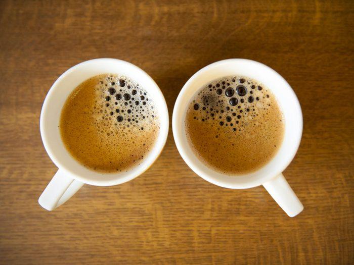 Acheter deux tasses de café avec 1$.