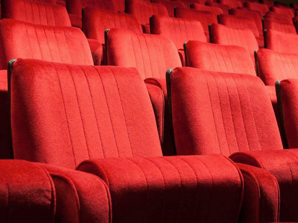 Acheter un billet de cinéma avec 1$.