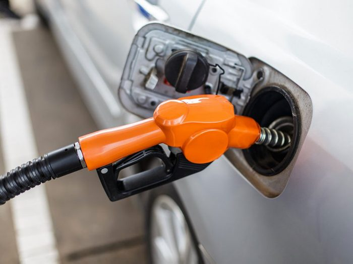 Acheter gallon d'essence avec 1$.