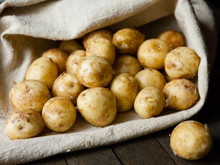 Acheter deux kilos de patates avec 1$.