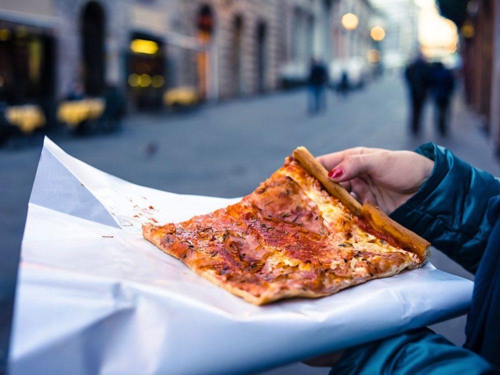 Acheter une pointe de pizza avec 1$.