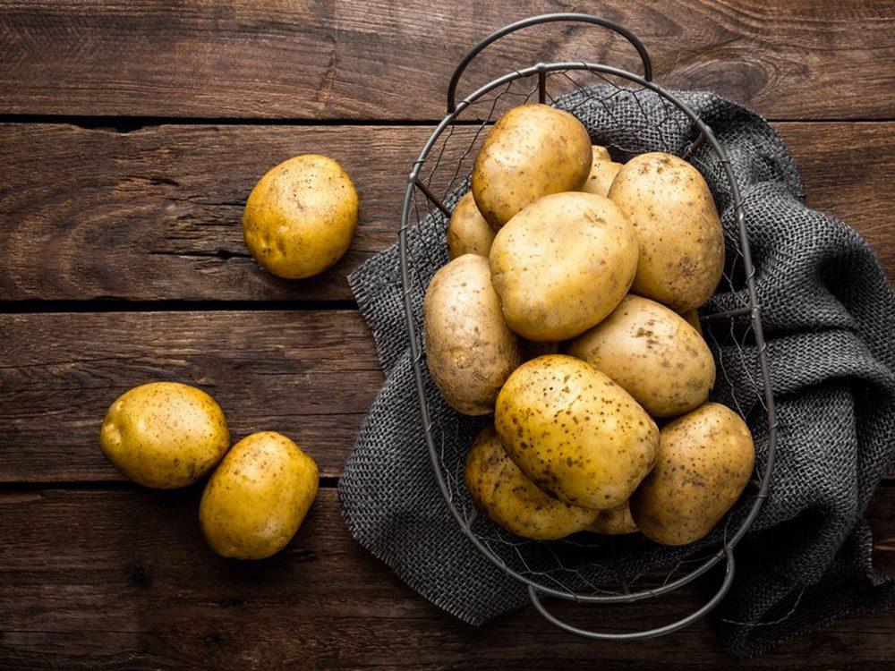 Acheter un kilo de pommes de terre avec 1$.