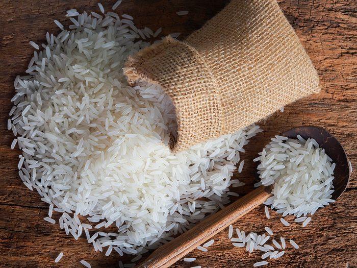 Acheter un kilo et demi de riz avec 1$.