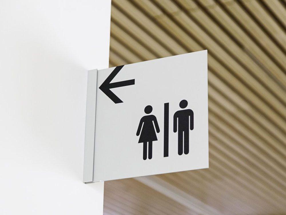 Acheter l'utilisation des toilettes publiques avec 1$.