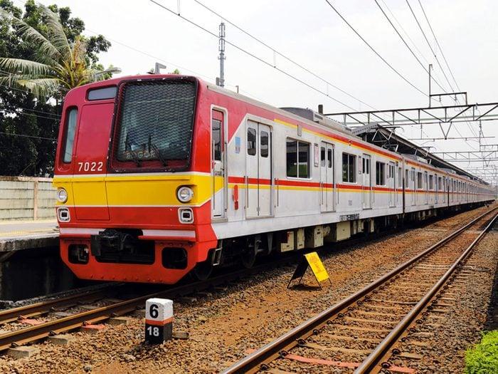 Acheter un billet de train Bogor-Jakarta avec 1$.