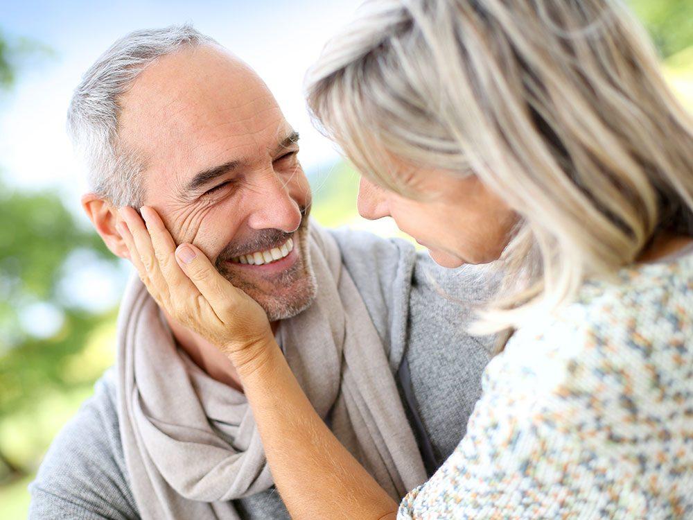 Après 50 ans, un couple se connaît intimement et la jouissance de l'autre n'a plus de secret.