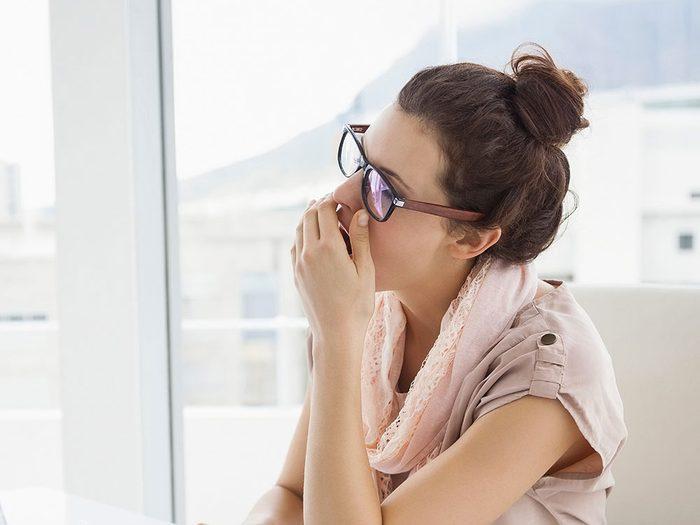 Soupirer, bâiller et prendre souvent de longues respirations peut être synonyme d'asthme.