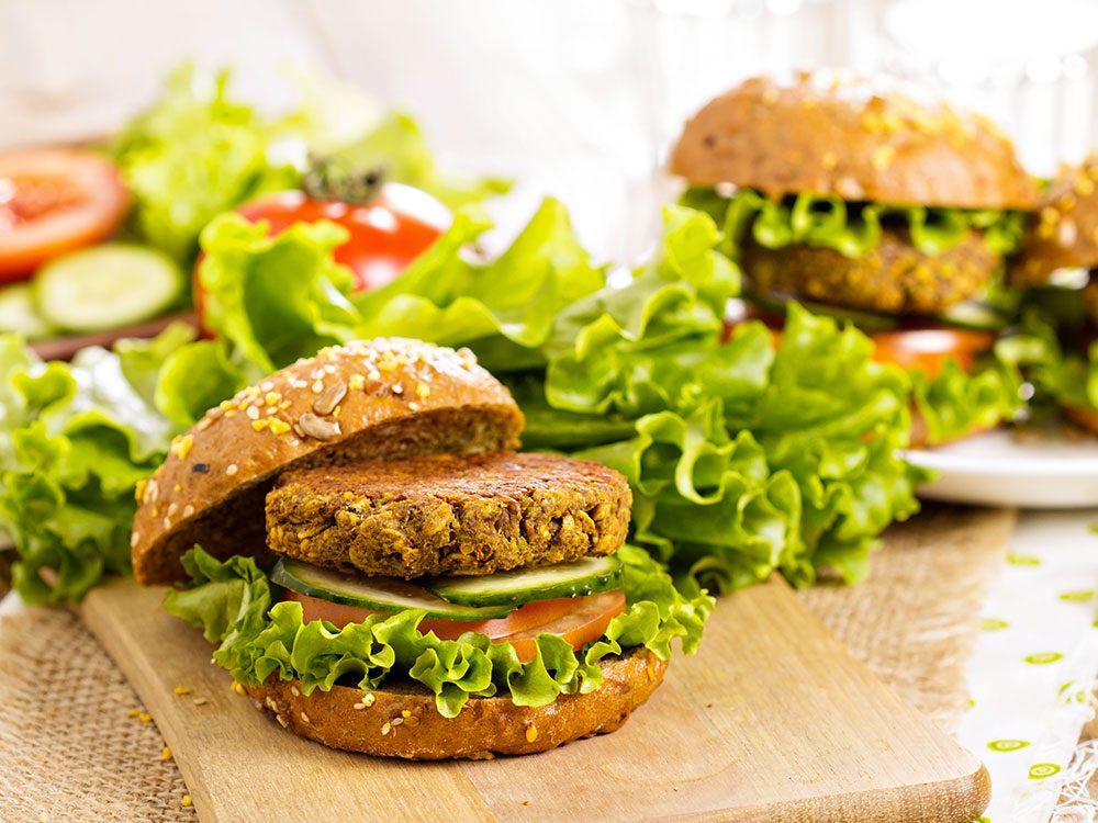 Les galettes burger végétariennes ne sont pas si bonnes pour la santé que ce qu'on pense.