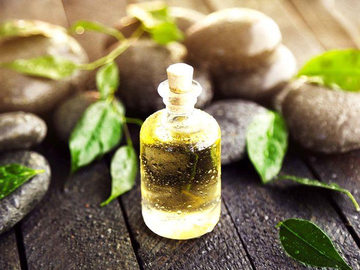 L'huile d'arbre à thé est efficace pour combattre l'acné.