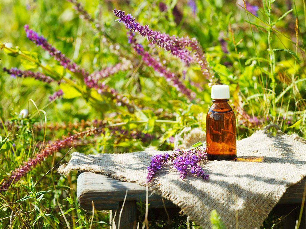 L'huile essentielle de sauge sclarée est efficace pour combattre l'acné.