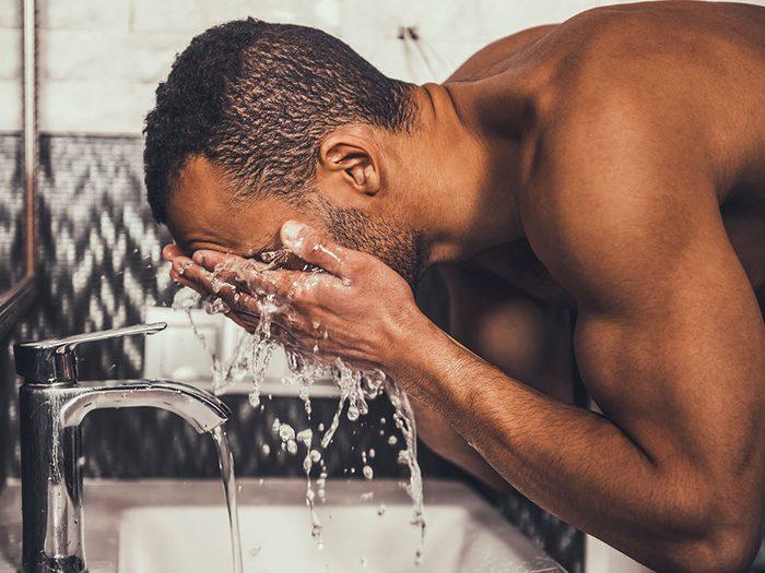 Une recette de nettoyant pour visage pour combattre l'acné.