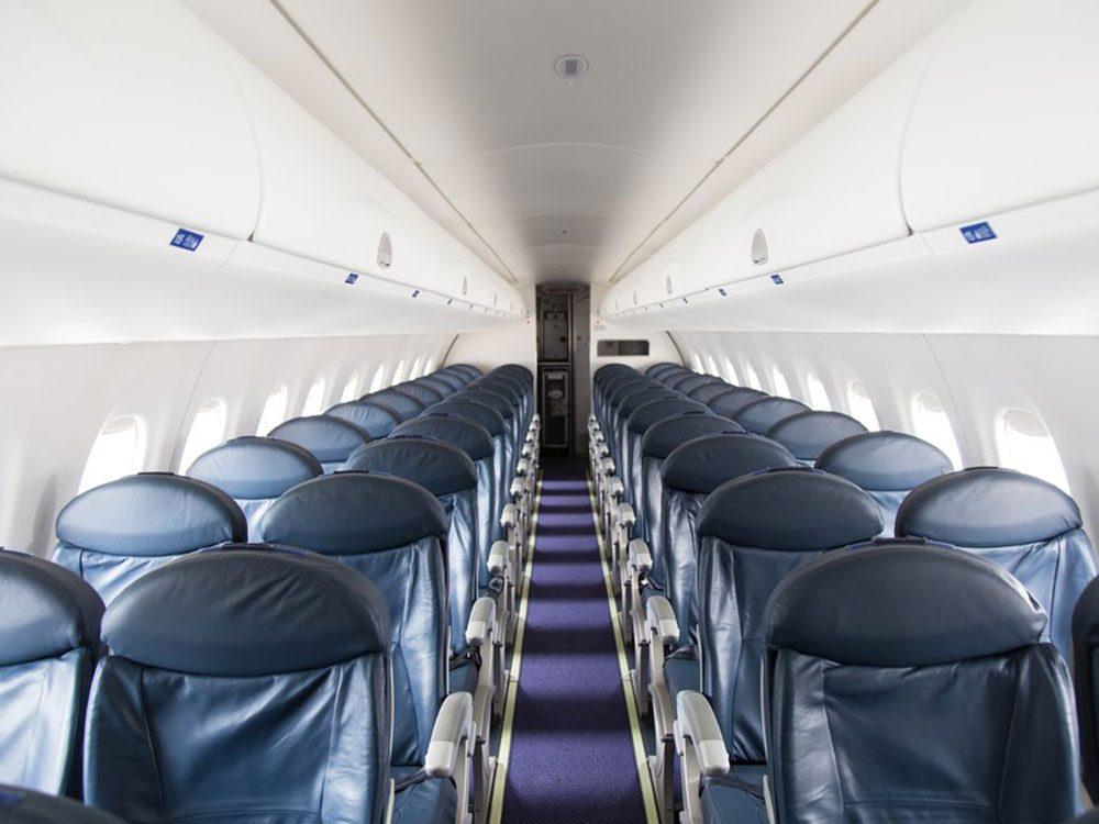 Choisir le mauvais siège est un comportement impoli à éviter en avion.