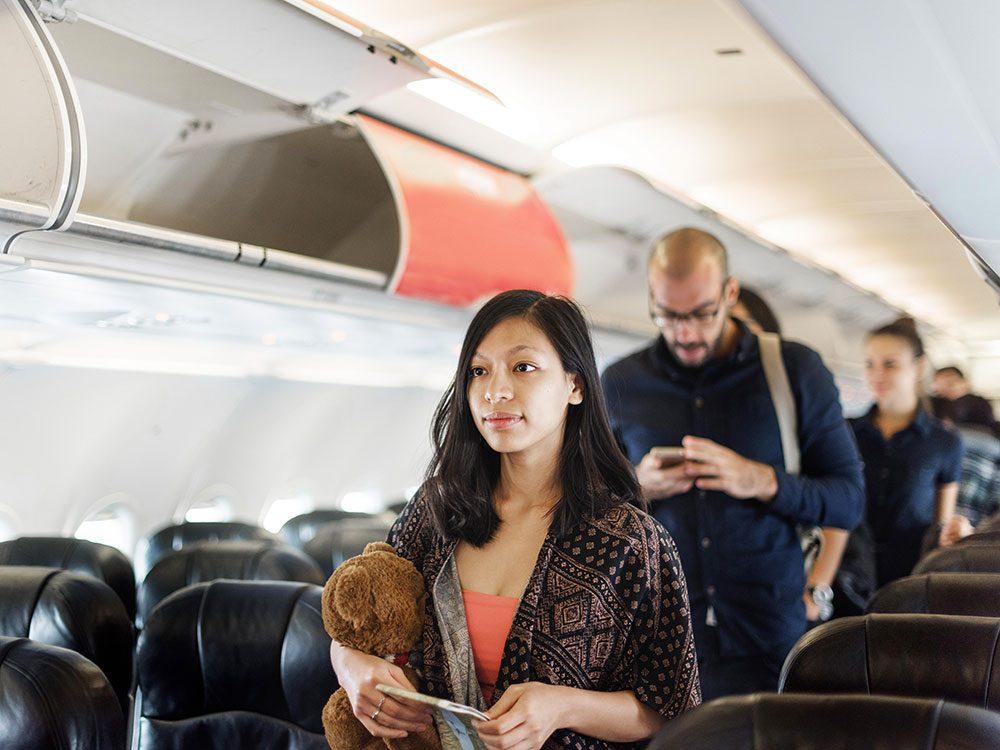 Obstruer les couloirs est un comportement impoli à éviter en avion.