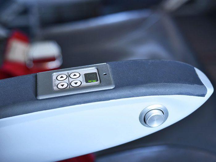 Incliner le siège sans raison est un comportement impoli à éviter en avion.