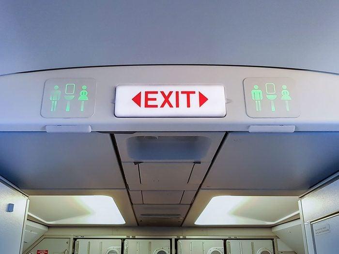 Sortir avant tout le monde est un comportement impoli à éviter en avion.