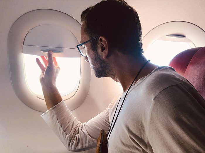 Monopoliser le store du hublot est un comportement impoli à éviter en avion.