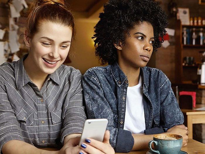 Le sentiment de jalousie ou d'envie peut créer des conflits entre amis.