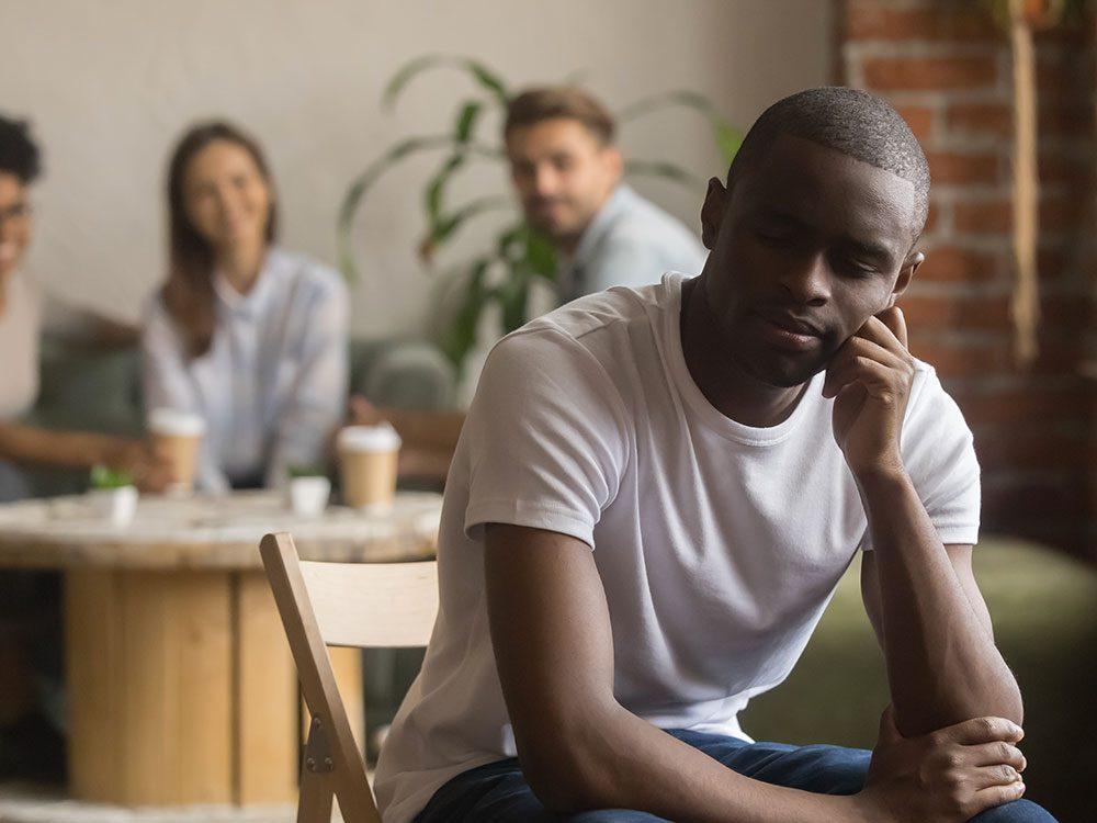 Le manque de communication peut créer un conflit entre amis.
