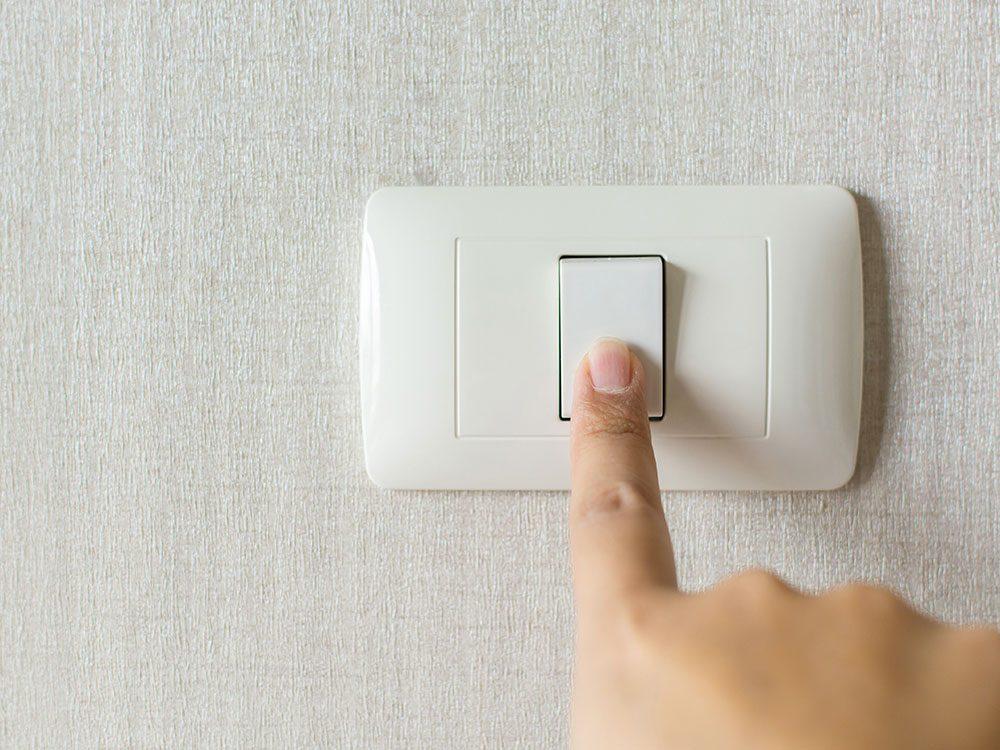 Allumez la lumière pour ne pas chuter et ainsi limite les risques de démence.