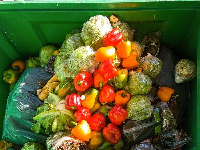 Gaspillage alimentaire: près de 60% de la nourriture produite au Canada finit à la poubelle.