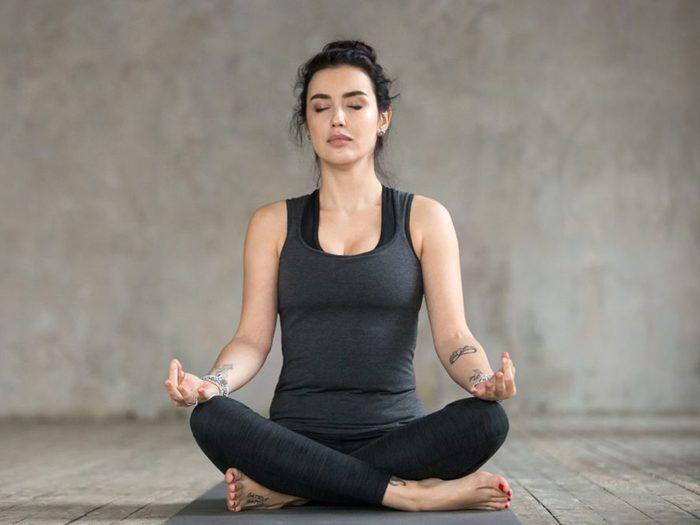 Faire du yoga pour soulager son mal de tête.