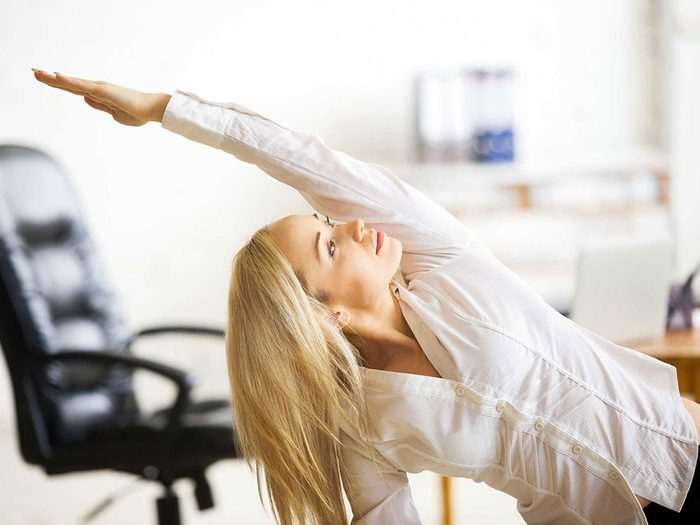 Prenez des pauses et faites des étirements pour éviter un mal de dos.