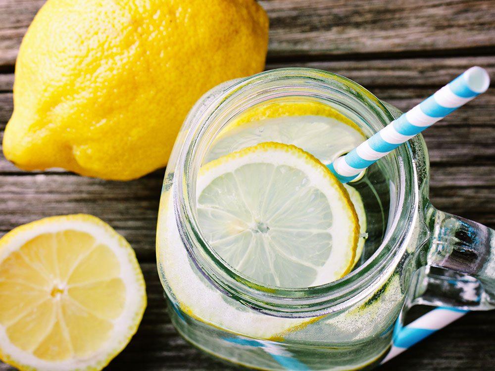 Ne pas manger les quartiers de citron au restaurant ou au bar!