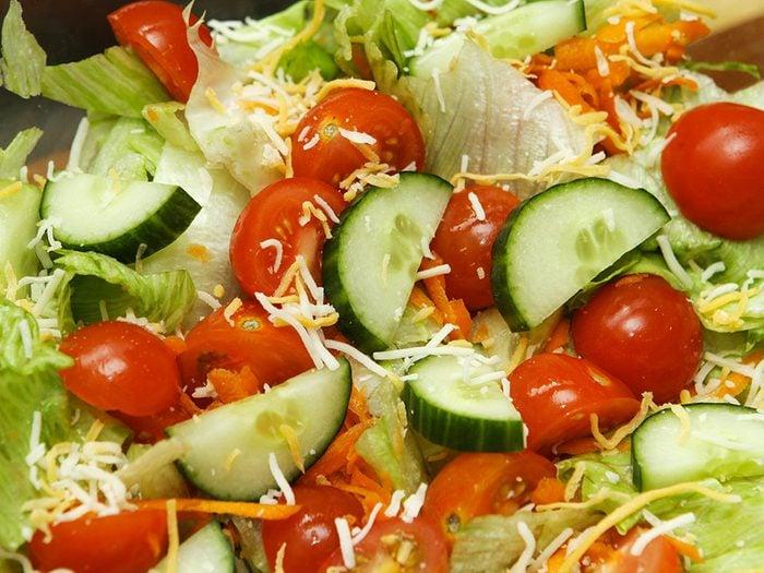 Ne pas manger la salade parfis touillée à la main.