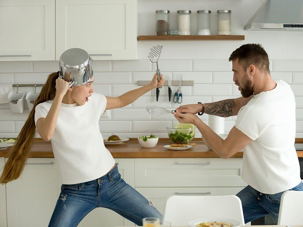 Photos hilarantes: duel de couple aux ustensiles.